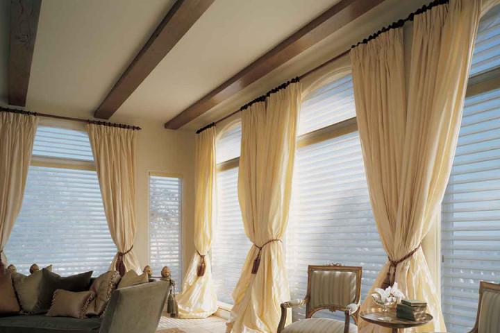 okna w salonie - rolety rzymskie anigo