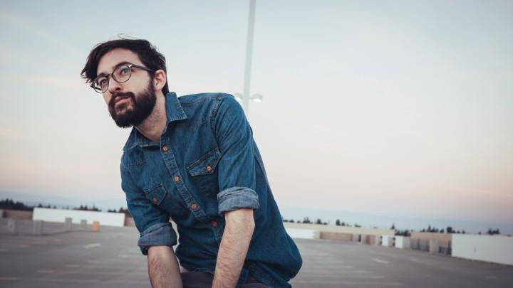mężczyzna w okularach - producent okularów American Way