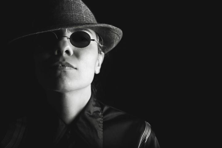 Model w okularach i kapeluszu - producent okularów. American Way.
