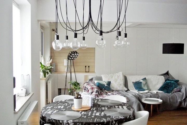 Kabel z żarówkami w salonie