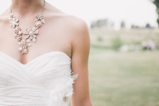 Brylantowe naszyjniki są chętnie noszone na śluby