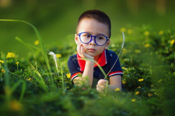 Chłopczyk w okularach. Sandały dla dzieci. Ceneo.