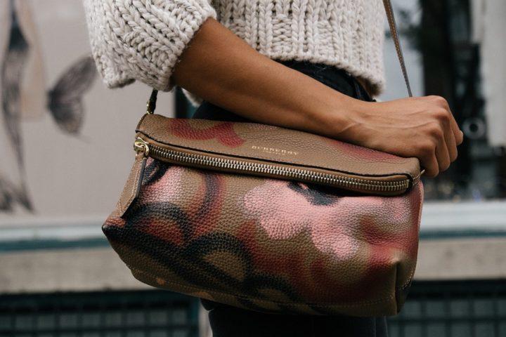 Kobieta z torebką. Torebki na ramię Ceneo