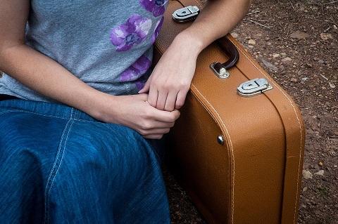 Kobieta z walizką. Walizki Ceneo