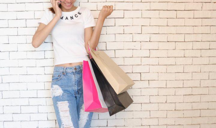Kobieta podczas zakupów. Gazetka Biedronka