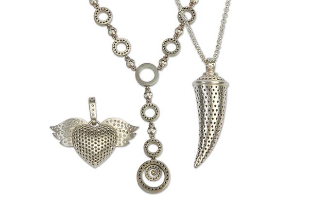 Zawieszki srebrne można dopasować do wielu stylizacji