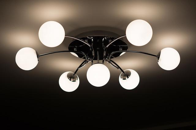 Od Ciebie należy wybór: żyrandol biały czy zwykła lampa