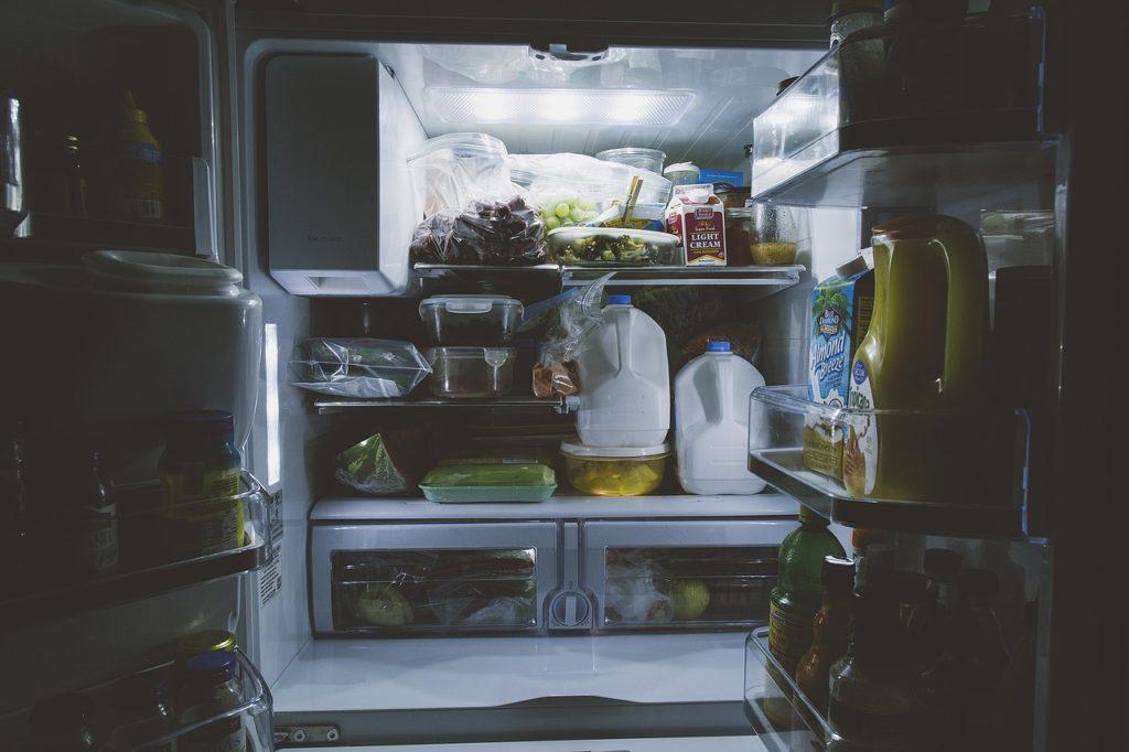 otwarta wypełniona produktami spożywczymi lodówka