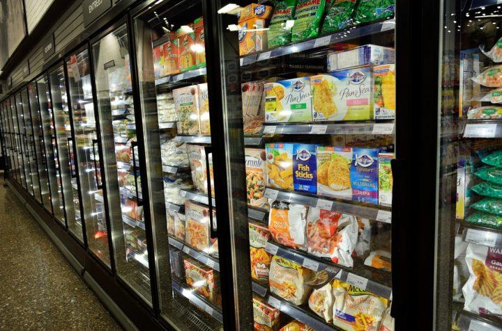 rząd wypełnionych chłodziarek gastronomicznych