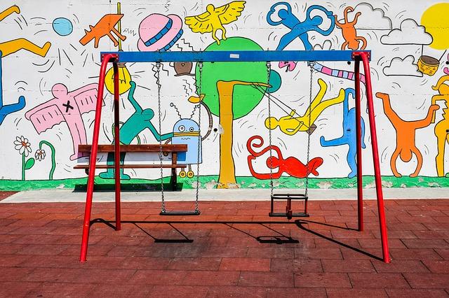 Kolorowe huśtawki ogrodowe dla dzieci - plac zabaw