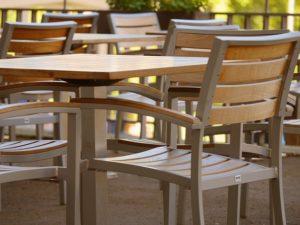 Stól z krzesłami może znaleźć się także w ogrodzie