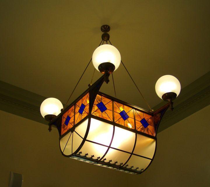 lampa witrażowa z dodatkowymi kulami świetlnymi