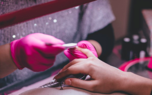 kosmetyczka przeprowadza manicure japoński kraków