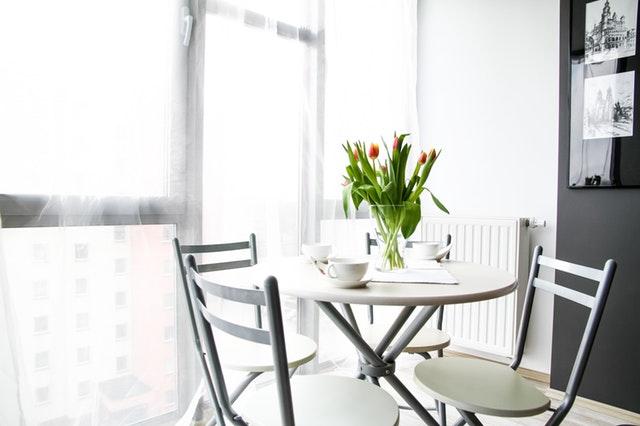 Stół z krzesłami musi współgrać z resztą pomieszczenia