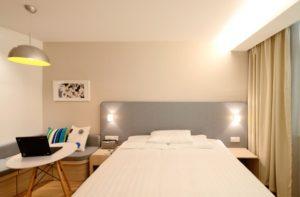 nowoczesne kinkiety w sypialni