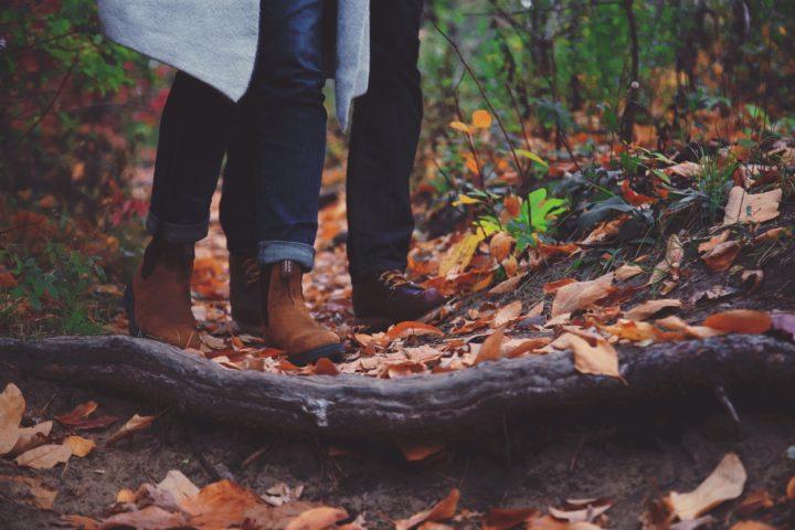 Stylowe botki na spacerze w lesie