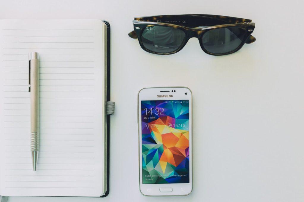 pisanie seo notatnik, telefon, okulary