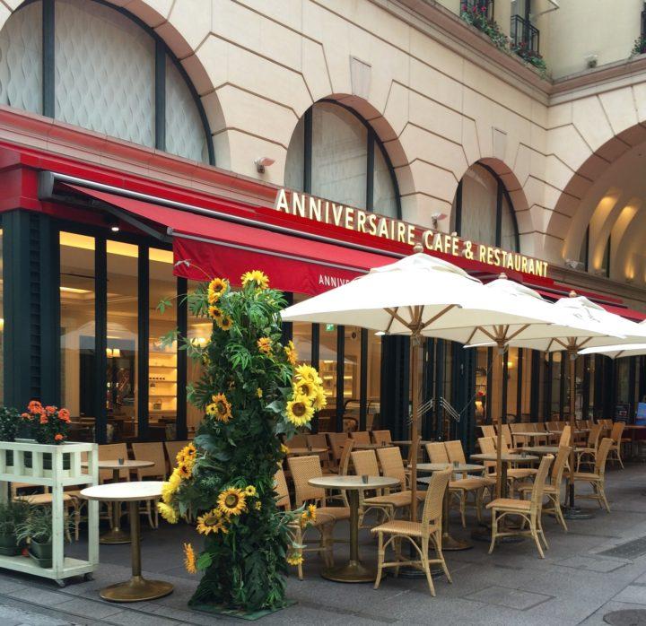 Białe parasole przy restauracji