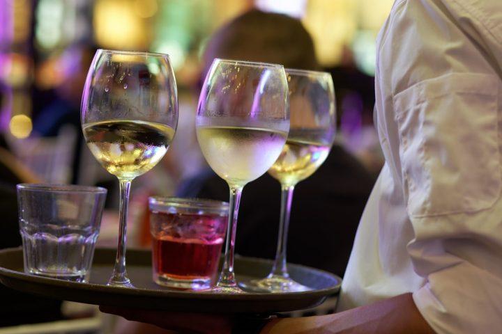 Wino schlodzone w szafie chlodniczej do win