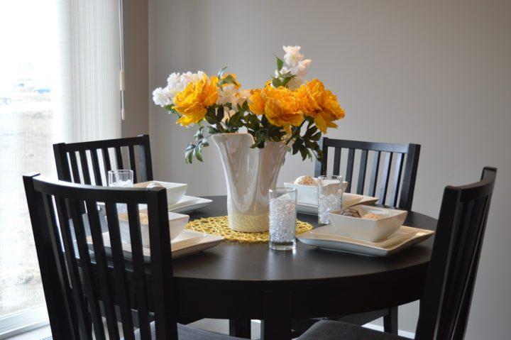 stół z krzesłami stanowią wewnętrzne podstawy domu