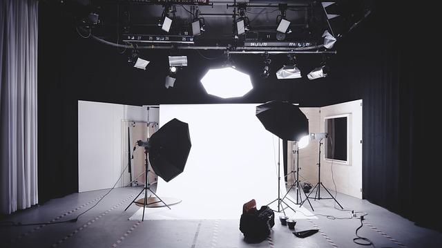 studio fotograficzne z doświetlone lampami oraz blendami