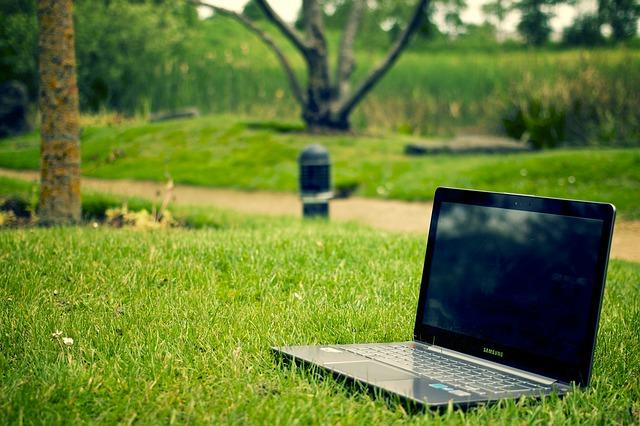 Ranking laptopów do 1500 zł - laptop na polanie