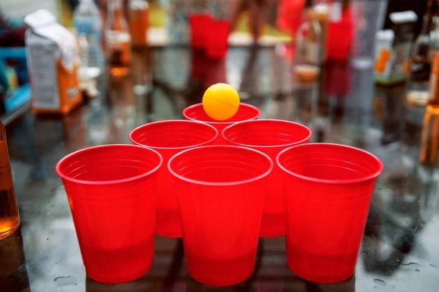 TOP10 gry alkoholowe na imprezę: beer pong