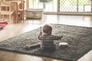 dziecko bawiące się na koniku na biegunach