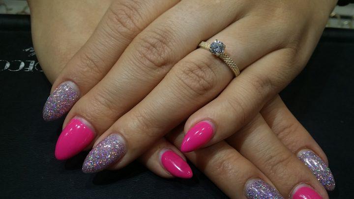 Pierścionek zaręczynowy z cyrkonią na damskich dłoniach