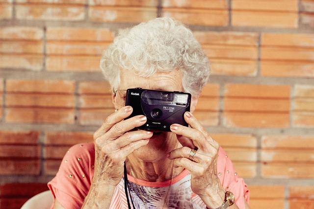 Starsza pani z aparatem
