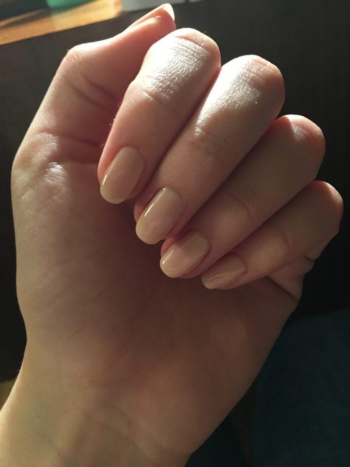 Beżowy lakier do paznokci - biznesowy odcień manicure.