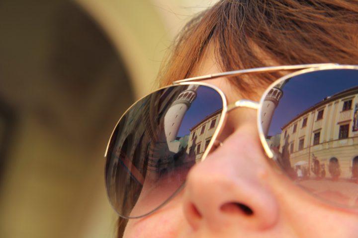 Okulary z fotochromem zmieniające kolor szkieł.