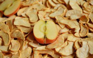 Zdjęcie przedstawia jabłka z suszarki do warzyw i owoców