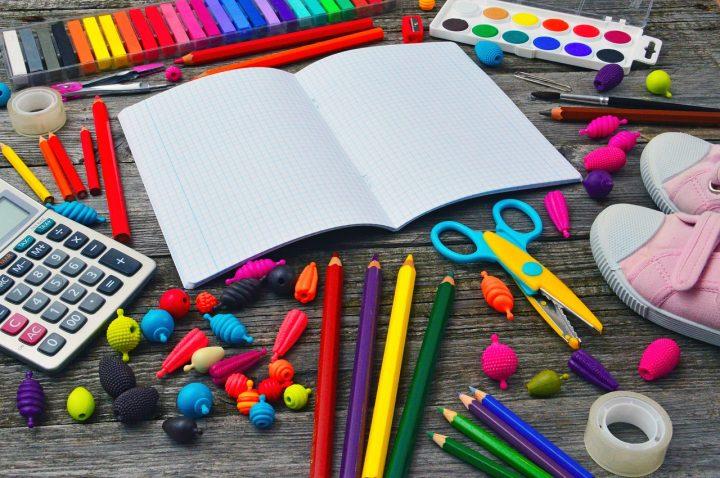 Piórniki z napisami to jeden z elementów wyposażenia każdego pilnego ucznia
