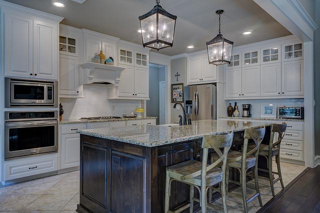 Okapy kuchenne mogą być niemal niewidocznym elementem wyposażenia kuchni.