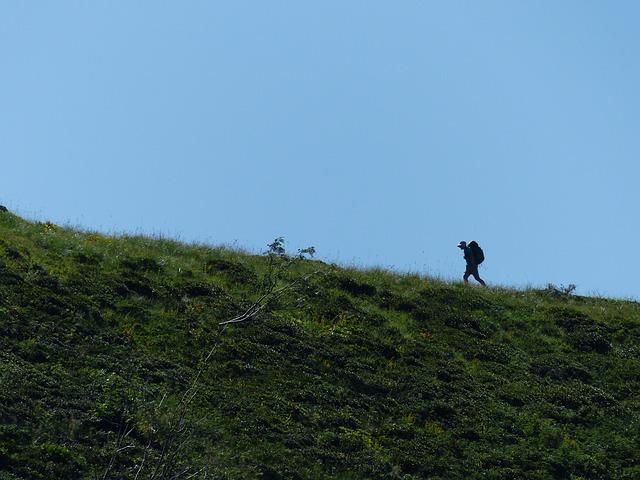 Wybierając się w góry, warto zadbać o odpowiedni bagaż. Plecak 80l Argon Outhorn czerwony ułatwi jego transport.