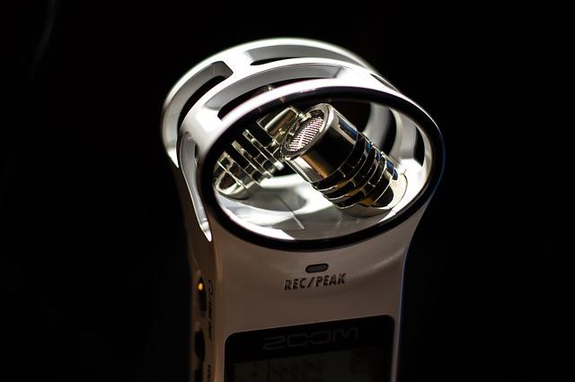 Wygodne w obsłudze dyktafony wyposażone są w czułe mikrofony.