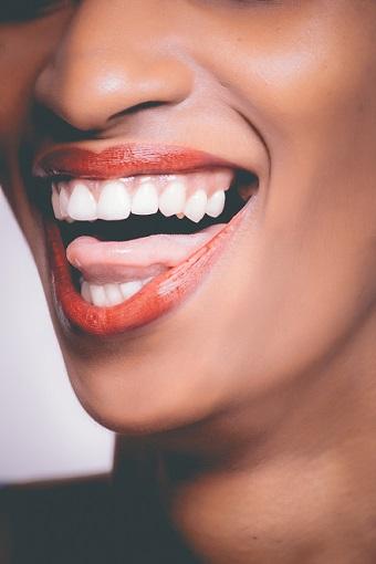 w jaki sposób dbać o niewidoczny aparat na zęby