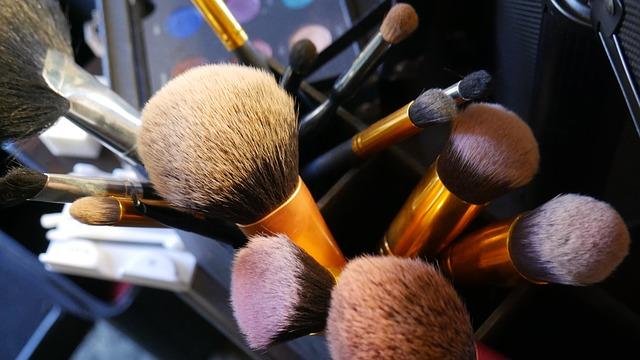 Które pędzle do makijażu powinny znaleźć się w kosmetyczce każdej kobiety?