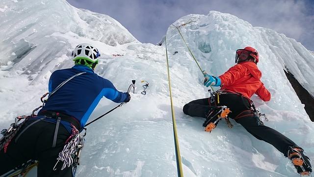 czekany są nieodzowne podczas wspinania się po oblodzonych szczytach