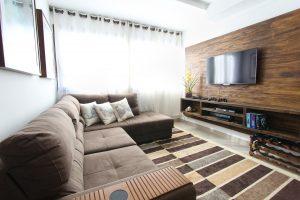 Kino domowe urządzone w przytulnym salonie
