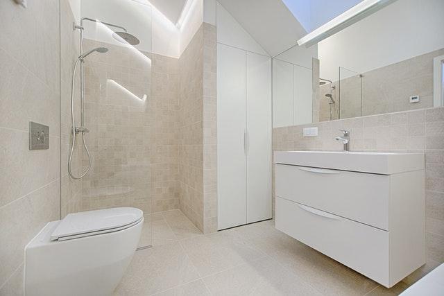 wizualizacja łazienki z kabiną prysznicową bez brodzika