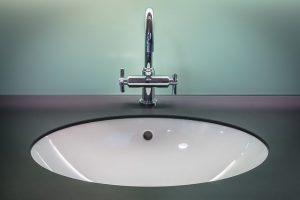 Baterie umywalkowe stojące świetnie wpisują się w nowoczesny wystrój łazienki.