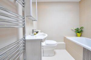 Niewielka łazienka to doskonałe miejsce na baterie umywalkowe stojące