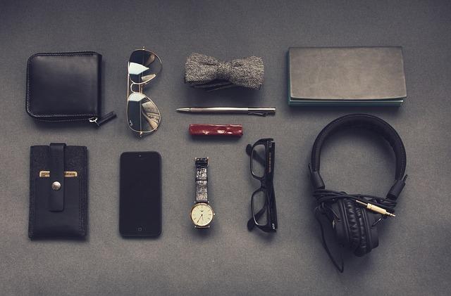 okulary, zegarek a wraz z nim pasek do zegarka 19mm, saszetka, słuchawki - codzienny zestaw mężczyzny