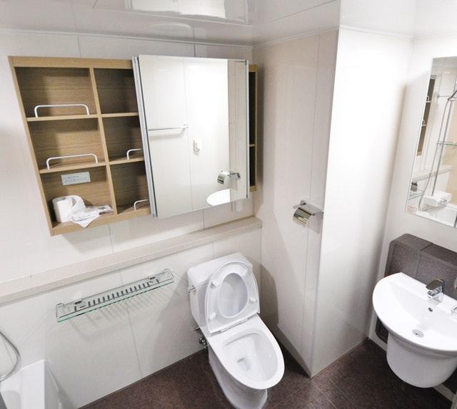 Wiszące szafki łazienkowe pomagają utrzymać porządek