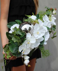 kompozycja kwiatowa srebrna dekoria w podłużnym naczyniu