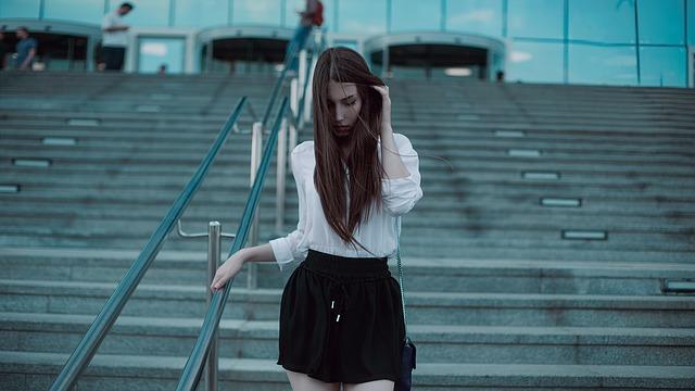Czarna spódnica za kolano sprawdzi się świetnie zarówno w eleganckich, jak i luźniejszych stylizacjach