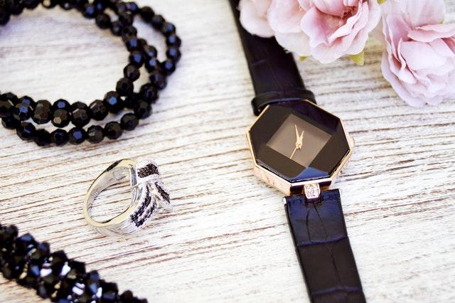 Jak dobrać biżuterię do zegarka