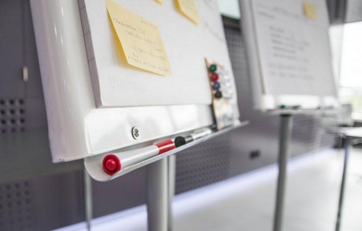 Tablice suchościeralne to idealne rozwiązanie na spotkania biznesowe w Twojej firmie.